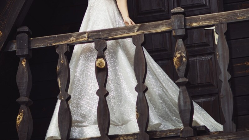 Balconul pe care se aflau mirii și câțiva invitați a căzut
