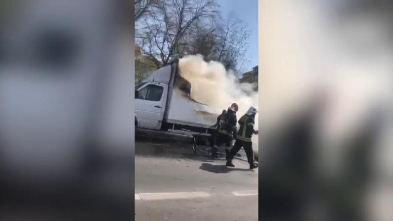 Camionetă încărcată cu găleţi şi recipiente din plastic, cuprinsă de flăcări