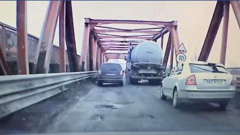 Barbat gasit spanzurat pe podul de la Maracineni