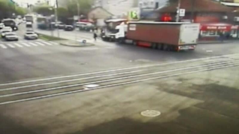 Pietoni loviți în plin de o mașină izbită de un TIR, în Timișoara. Momentul a fost filmat