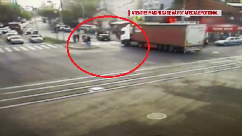 Momentul în care două persoane sunt lovite de TIR, pe o trecere de pietoni