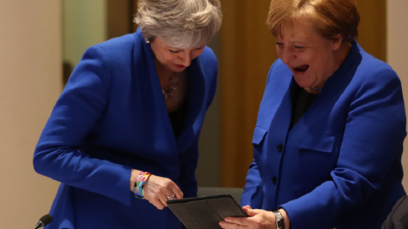 """Ce era pe tabletă?"" Angela Merkel și Theresa May au râs în hohote la Bruxelles. VIDEO"