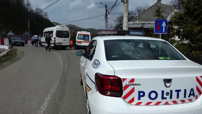 Un şofer era să cadă de pe pod cu microbuzul plin cu pasageri.