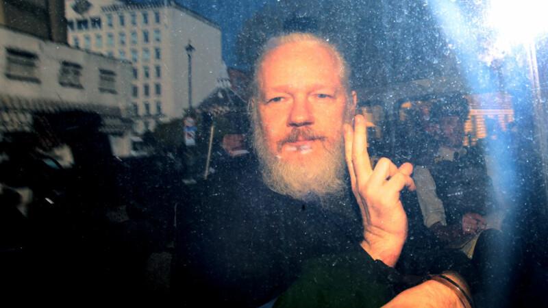 FILMUL zilei în care a fost arestat Julian Assange, după 7 ani petrecuți în Ambasada Ecuadorului din Londra
