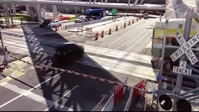 Impact filmat. Un tren a izbit în plin o mașină condusă de o femeie