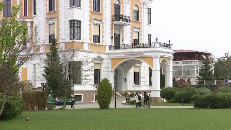 Cum poți primi o bursă la o școală străină în România. Taxele ajung și la 20000 €