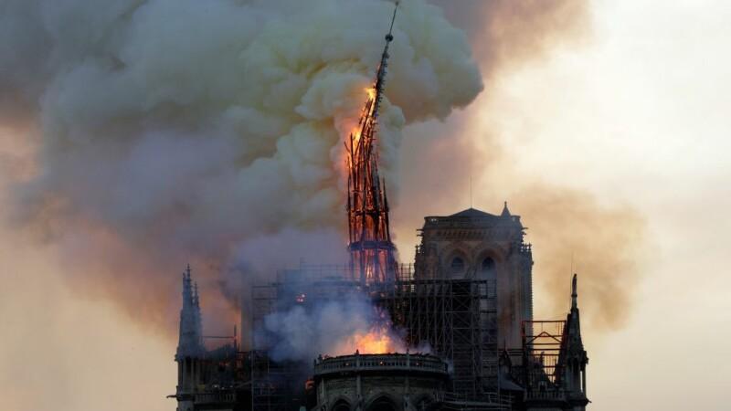 Incendiul de la Notre-Dame. Momentul în care o parte a acoperișului se prăbușește