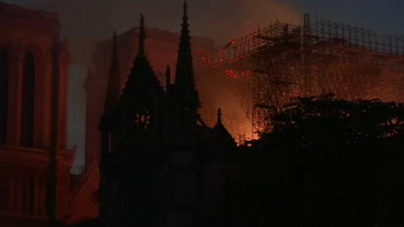 Motivul pentru care pompierii nu sting incendiul de la Notre Dame aruncând apă din avion
