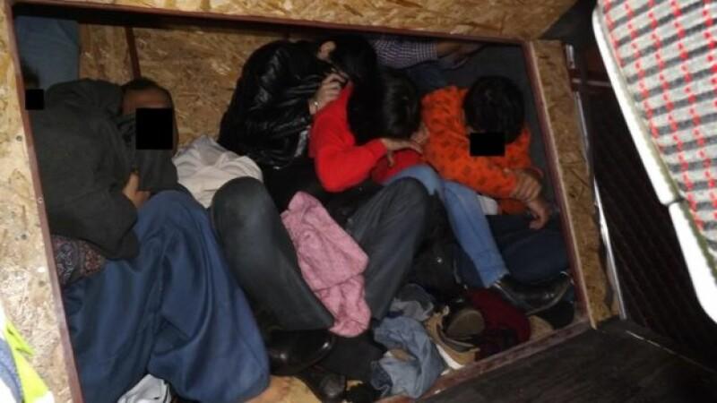 Câți migranți a ascuns un român în compartimentul secret din mașină. Pedeapsa primită