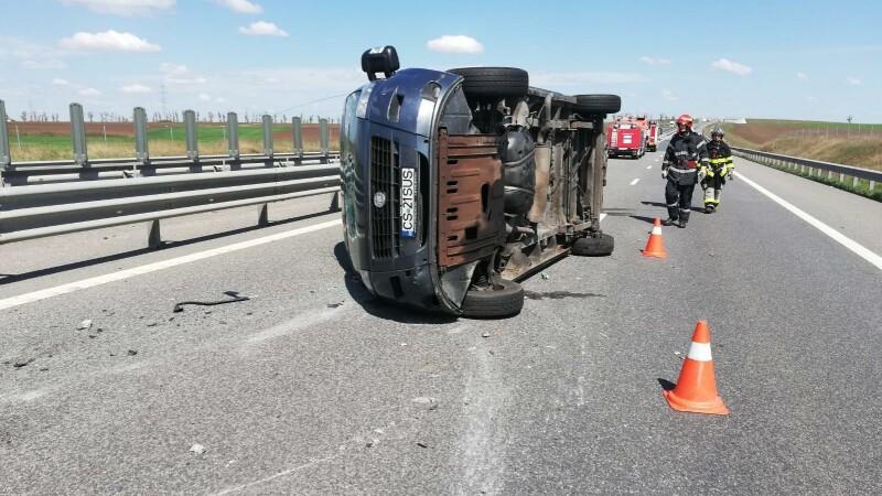 Microbuz cu 9 pasageri, răsturnat după explozia unui cauciuc. Mesajul de pe parbriz. FOTO
