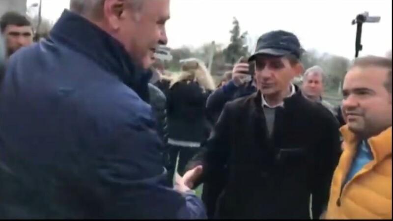 """Liviu Dragnea, lăsat cu mâna întinsă de un tânăr. """"Eu nu dau mâna cu hoți"""". VIDEO"""