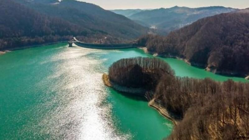 Lacul românesc de smarald. Unde se află și când e cel mai bine de văzut