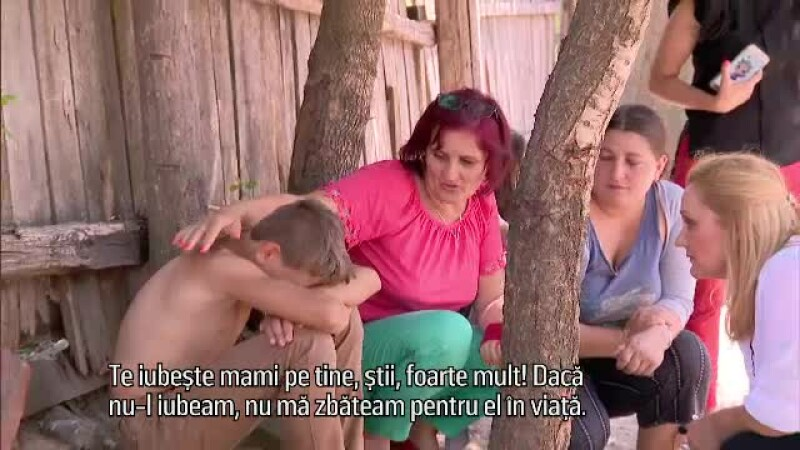 """""""Salvați copiii României"""". Reacția unui băiat nevoiaș când mama îi spune că îl iubește"""