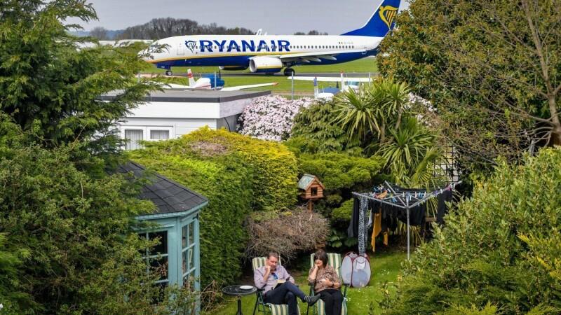 Coșmar într-un cartier rezidențial. Avioanele decolează de lângă case. FOTO