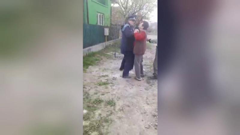 O ceartă între vecini s-a transformat într-un adevărat scandal cu poliţiştii sosiţi în zonă
