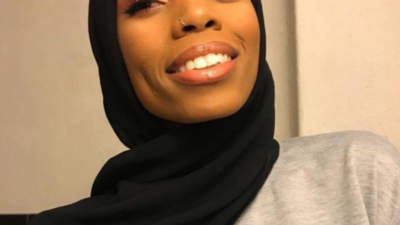 Imaginile cu o femeie musulmană care au devenit virale. Cum a apărut la un protest. FOTO