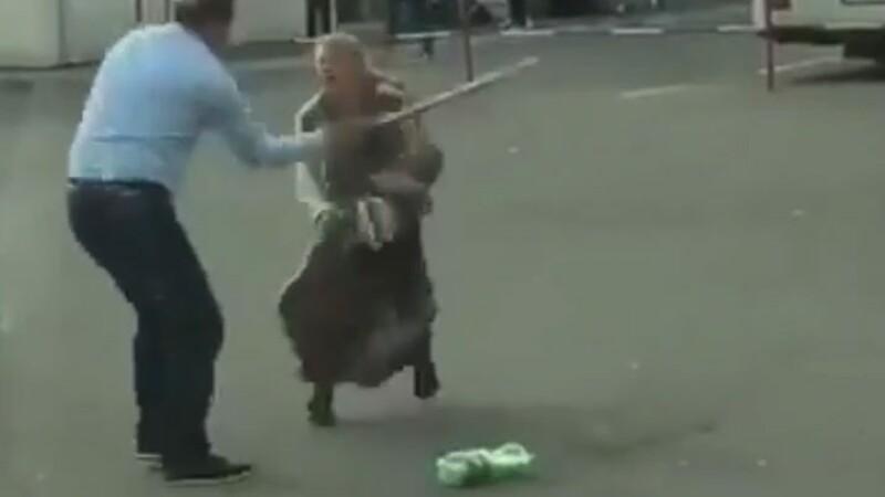 Scene violente în Zalău. O femeie cu un copil în brațe este lovită de un bărbat. VIDEO