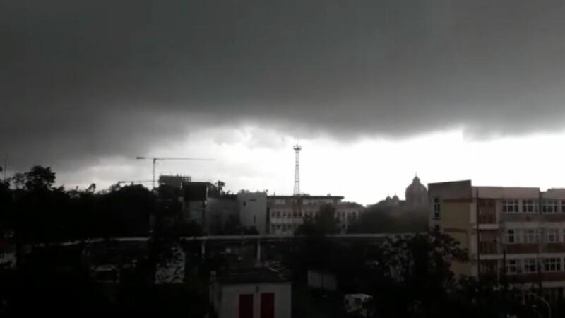 Furtună cu grindină la Timișoara! Vântul a rupt copaci și a smuls acoperișuri. VIDEO