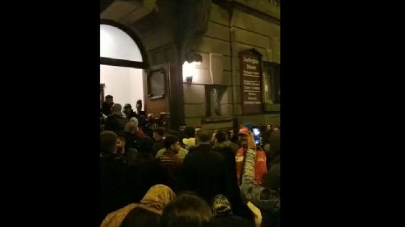 Scandal cu români în fața unei biserici din Birmingham, în noaptea de Înviere. VIDEO
