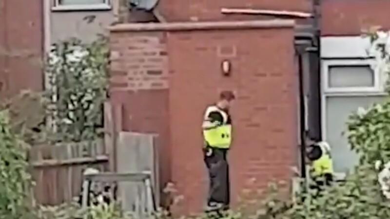 Cum a fost filmat un polițist în timpul unui raid antidrog. Colegii săi au început să râdă. VIDEO