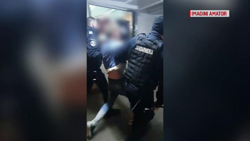 Imagini revoltătoare: un recidivist a agresat un polițist, apoi i-a scuipat pe colegii săi