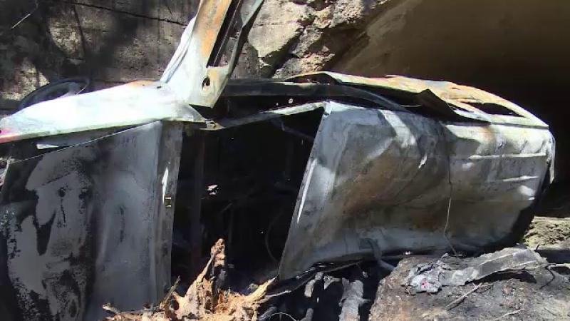 Un bărbat a scăpat cu viață după ce mașina sa a lovit 2 copaci, a căzut în râpă și a luat foc