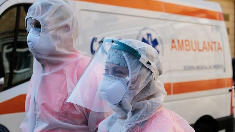 medici pe ambulanta cu masti de protectie