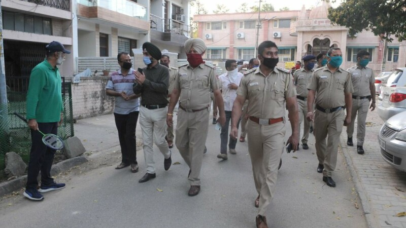 Doctorii indieni i-au reataşat mâna unui poliţist, retezată într-o misiune pentru respectarea izolării