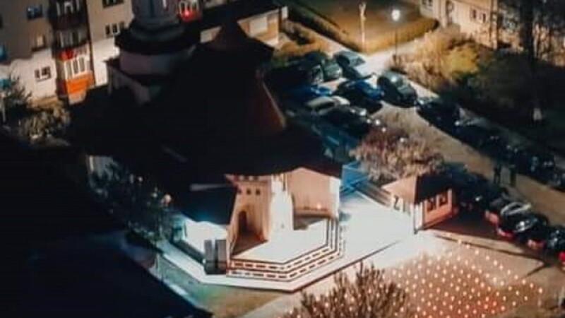 Imagini emoționante de Înviere la o biserică din Suceava: în loc de credincioși, a avut curtea plină de candele aprinse