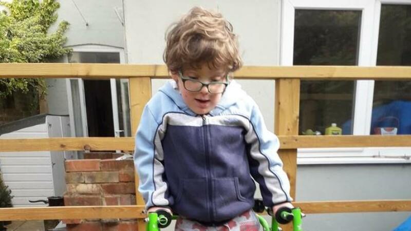 Copilul care învață să meargă pentru a sprijini lupta contra Covid-19. Ce donații a strâns până acum
