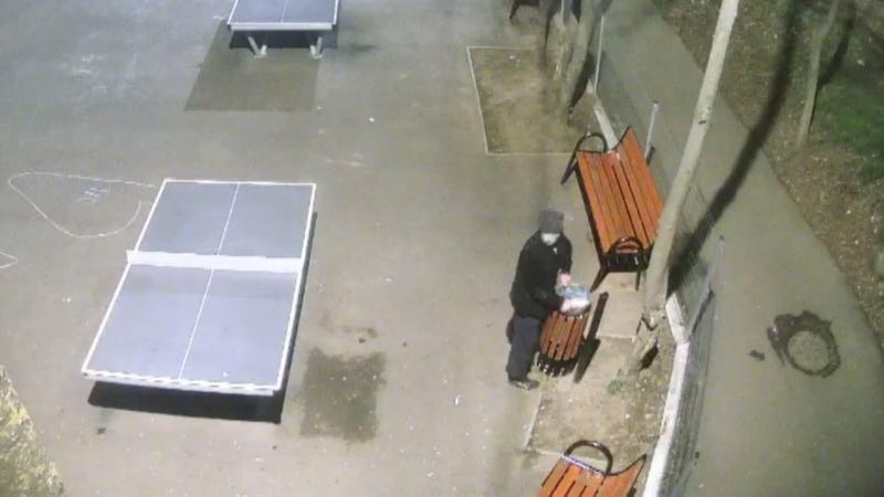 Un bărbat din Brăila a fost surprins în timp ce fura coșuri de gunoi din spațiile publie
