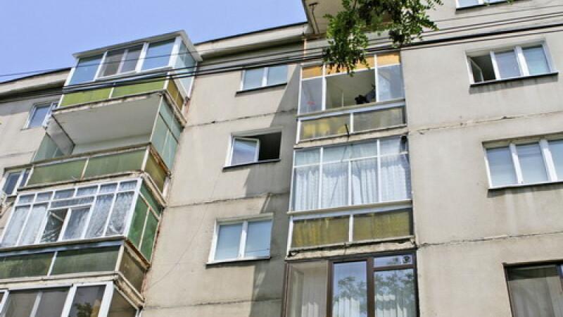 Zeci de apartamente jefuite de falşi angajaţi ai unei firme de salubrizare