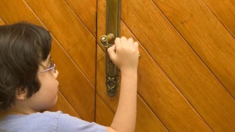 Un copil de doi ani s-a blocat singur in casa
