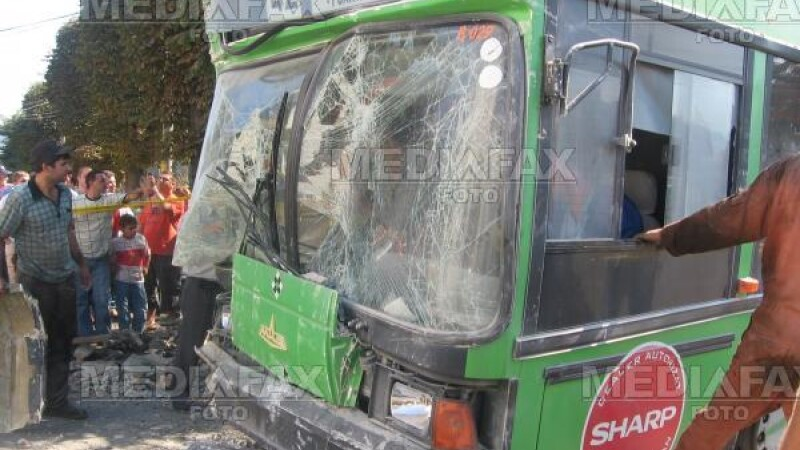 Accident la Pitesti! Un autoturism a intrat intr-un autobuz