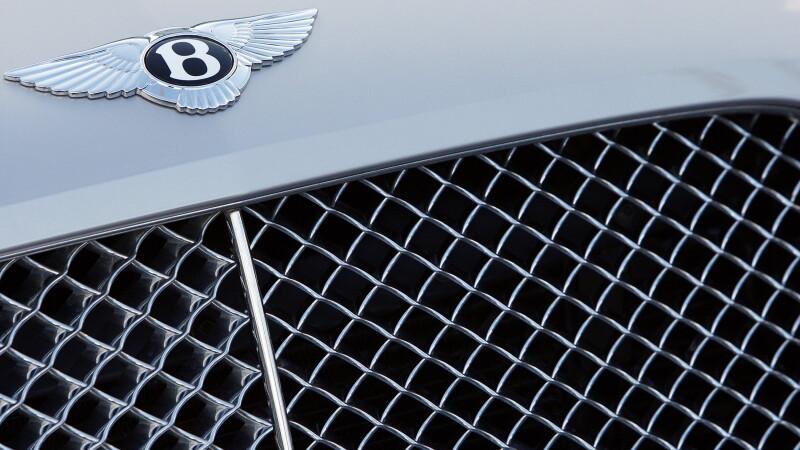 Hoti de masini prinsi cu un Bentley la granita