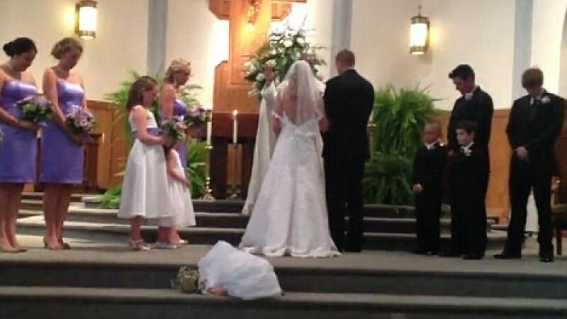 fetita adoarme la nunta