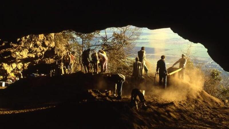 oameni primitivi in pestera