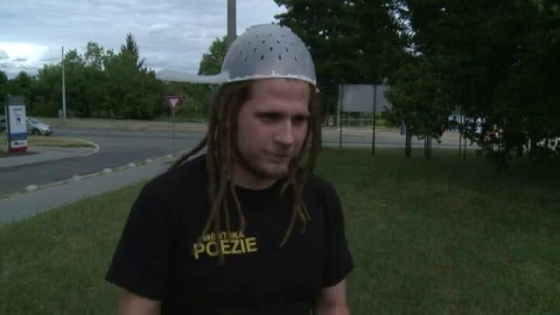 Motivul ciudat pentru care acest barbat a pozat pentru buletin cu o sita pe cap