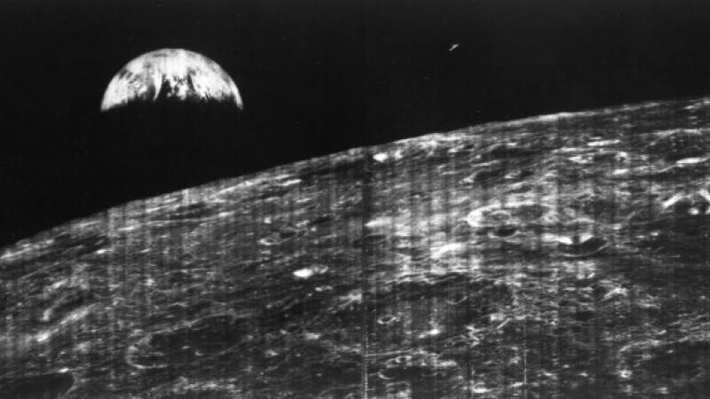 prima poza cu Luna si Pamantul