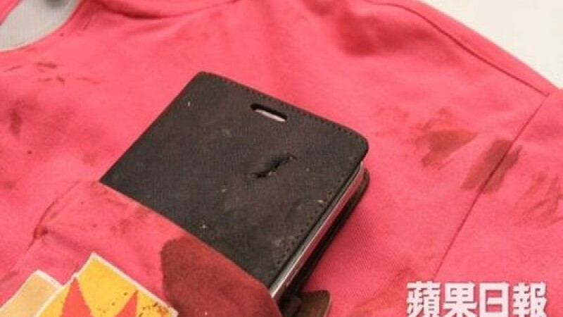 Un smartphone Samsung i-a salvat viata unui chinez impuscat pe strada. Glontul s-a oprit in telefonul purtat la piept. FOTO