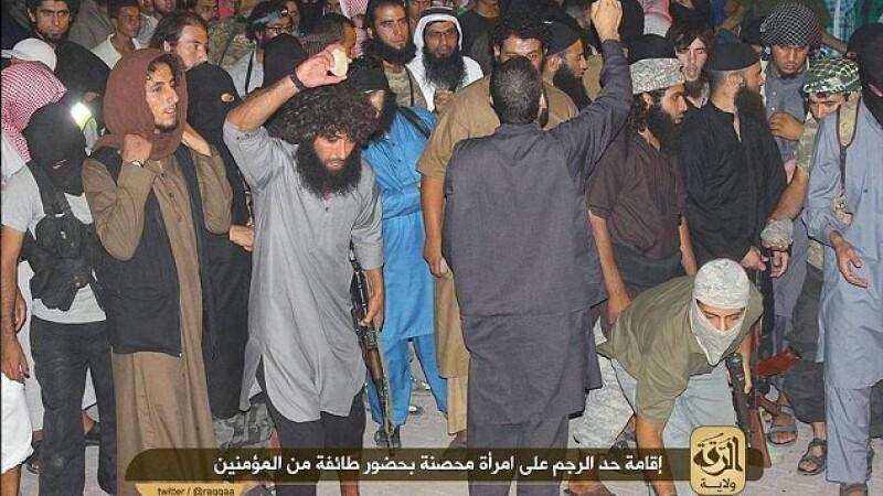 O femeie din Siria a fost omorata cu pietre in piata, dupa ce a fost acuzata de adulter. Ucigasii sunt extremisti islamisti