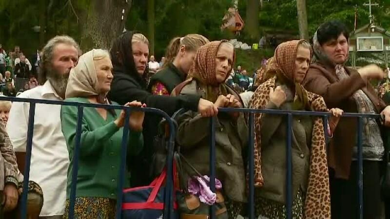 Uzi pana la piele si lihniti de foame, zeci de mii de credinciosi au asteptat cu orele pentru a se ruga la Manastirea Nicula