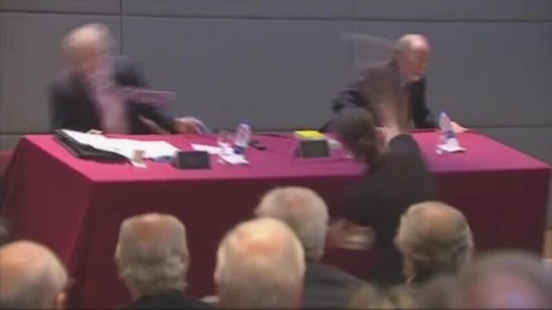 O conferinta de presa s-a finalizat cu scandal. Un fost ministru al Economiei a fost atacat cu oua