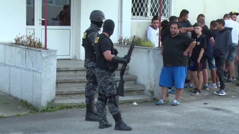 Zeci de suporteri ai echipei Petrolul Ploiesti au vandalizat un hipermarket si au batut un paznic: \