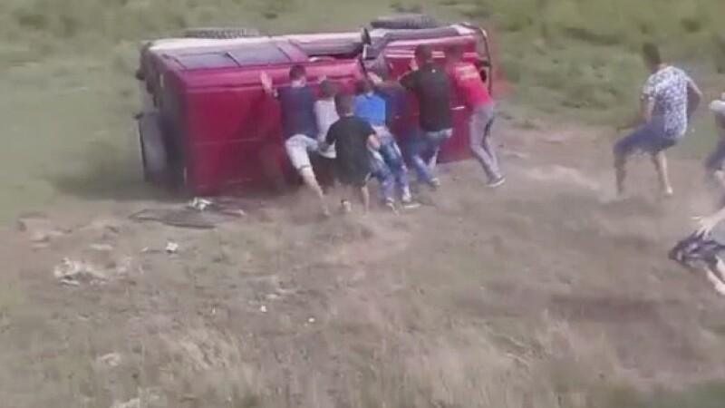 Tanara aflata intr-o masina de teren, la o competitie off road, ranita grav pentru ca nu purta centura de siguranta