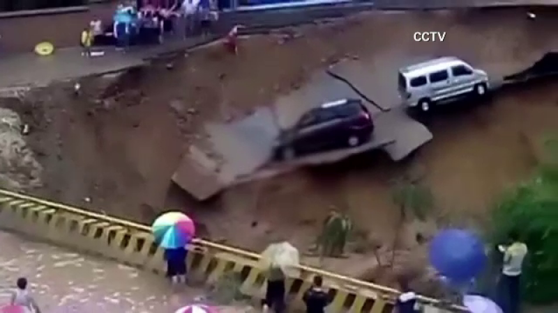 Inundatii devastatoare in China, soldate cu 8 decese. O bucata dintr-o sosea se prabuseste in rau, cu tot cu masini. VIDEO