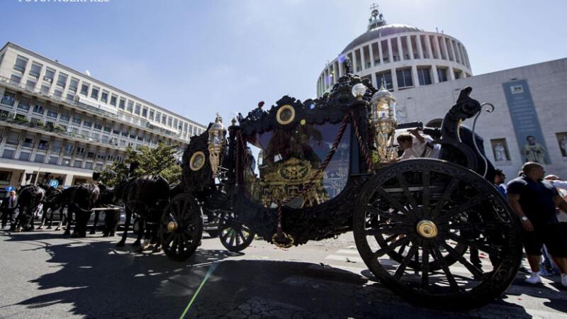 Inmormantare grandioasa a unui mafiot, in centrul Romei. Rolls-Royce pe post de dric si petale aruncate din elicopter