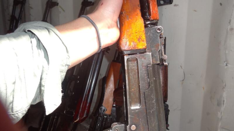 cu mana pe un AK-47
