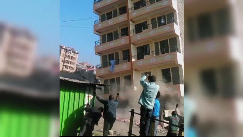 Un bloc de 5 etaje s-a prabusit in cateva secunde, in orasul Nairobi. Locatarii au fost evacuati la timp.FOTO