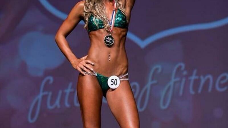 A renuntat la dieta pe baza de chipsuri si fasole, acum ridica 100 de kg si participa la concursuri de Miss. Cum arata. FOTO